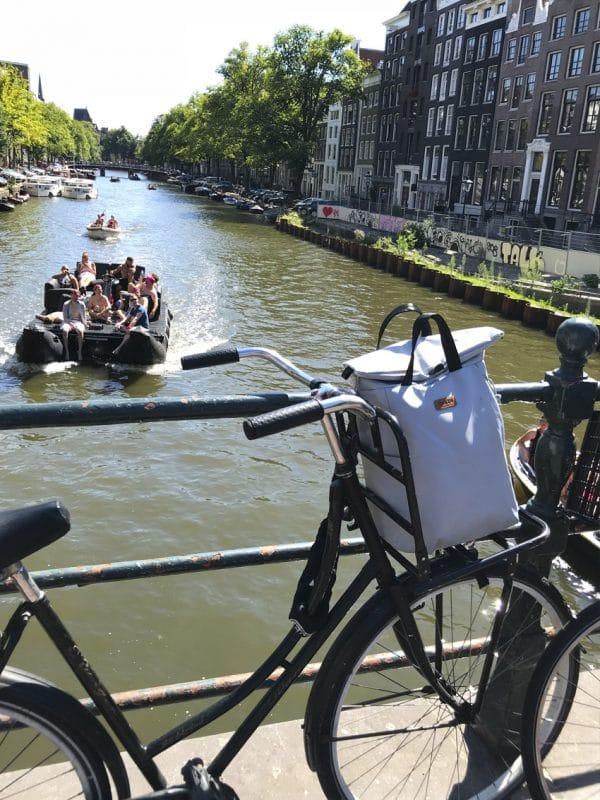 Rucksack auf einem Fahrrad in Amsterdam